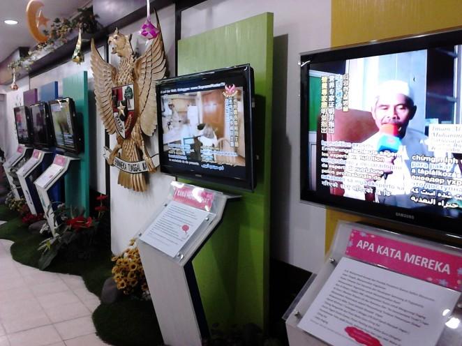Ruangan tengah dengan display di sekeliling ruangan