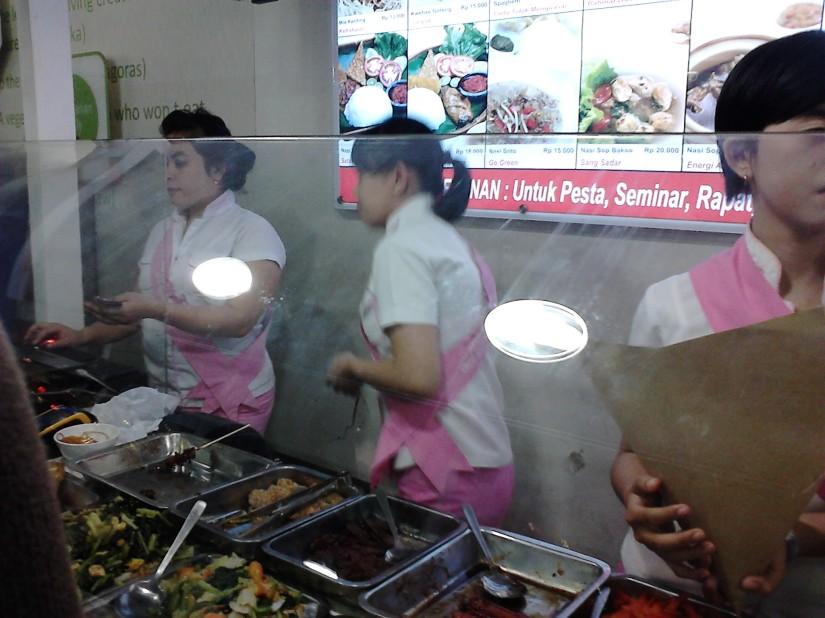 Para waitress yang melayani pelanggan dengan seragam cantiknya :)