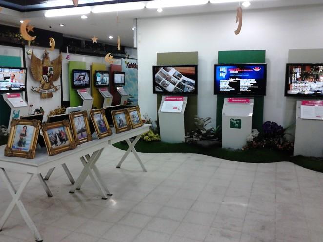 Ruangan tengah dengan foto-foto selebritis di tengah ruangan