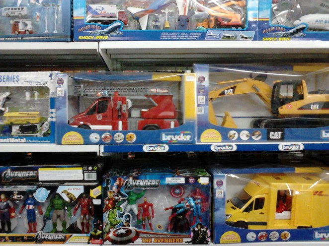 Mainan-mainan cowok: action figures dan mobil-mobilan