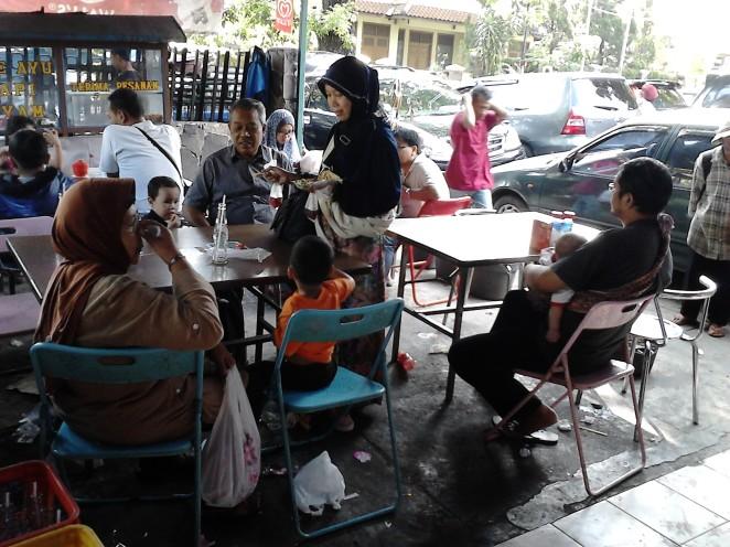 Pengunjung yang duduk-duduk atau makan sate
