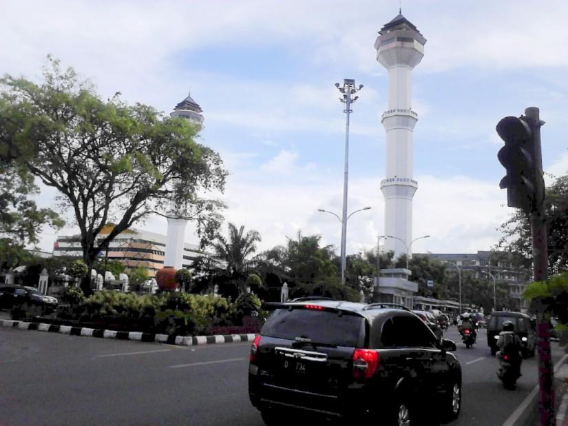 Masjid Besar Bandung, di sisi Alun-Alun dan Jl. Asia-Afrika