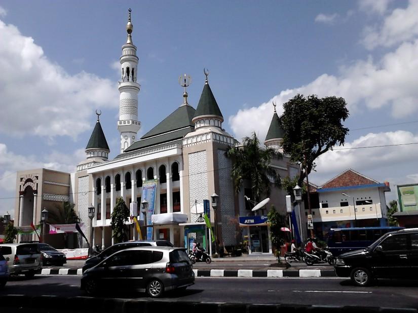 Masjid di depan pintu masuk