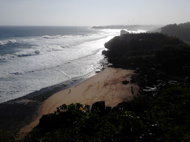 Pantai entah-apa-namanya yang terlihat dari posisi kami