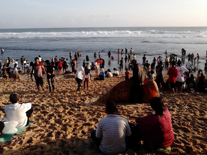 Pengunjung memenuhi pantai