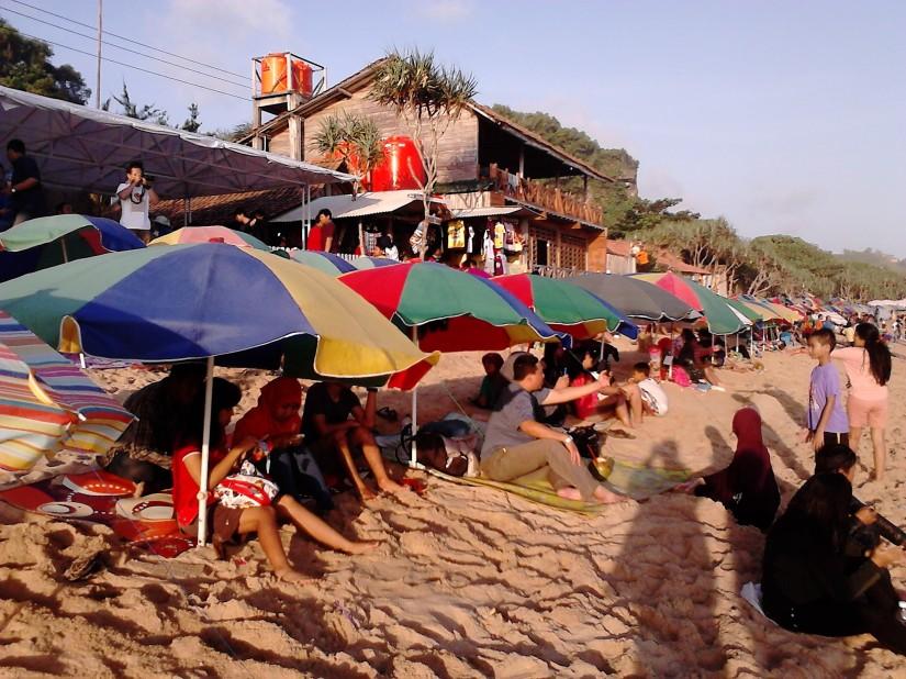 Jajaran panjang payung-payung pengunjung