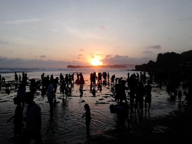 Matahari terbenam di Pantai Indrayanti