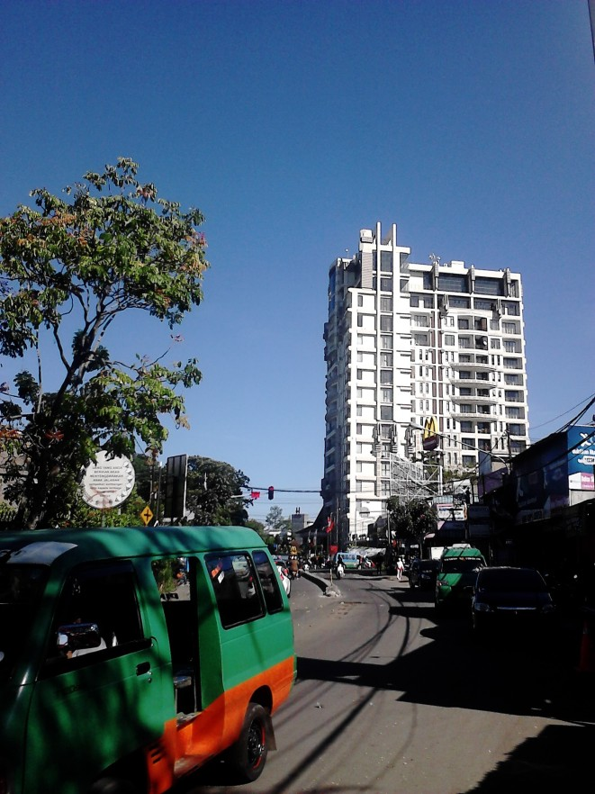 Gedung Dago Butik, dengan langit biru yang bersih di belakangnya