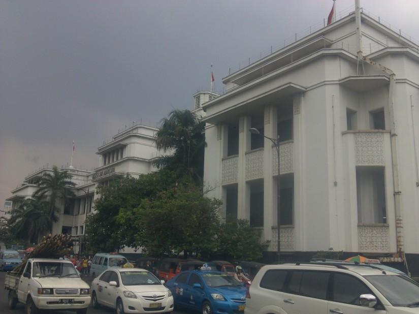 Gedung museum dinaungi awan mendung