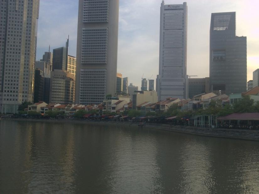 Singapore River yang bersih, dengan panorama gedung-gedung bertingkat yang menawan