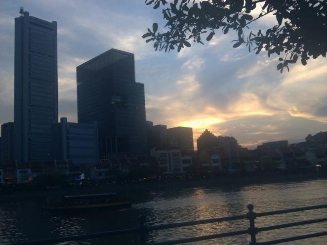 Semburat keemasan di atas Singapore River