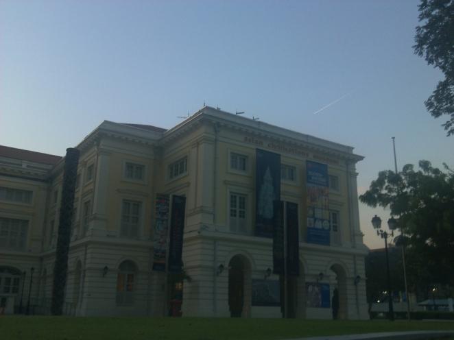 Asean Civilization Museum. Sebuah benda berwarna putih tengah melesat di atasnya.