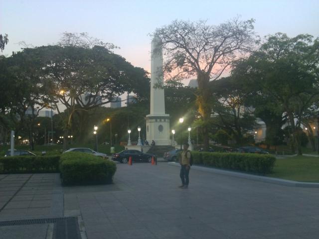 Taman di depan museum berlatarkan panorama langit senja
