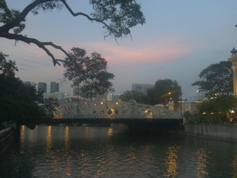 Awan jingga di atas Cavenagh Bridge