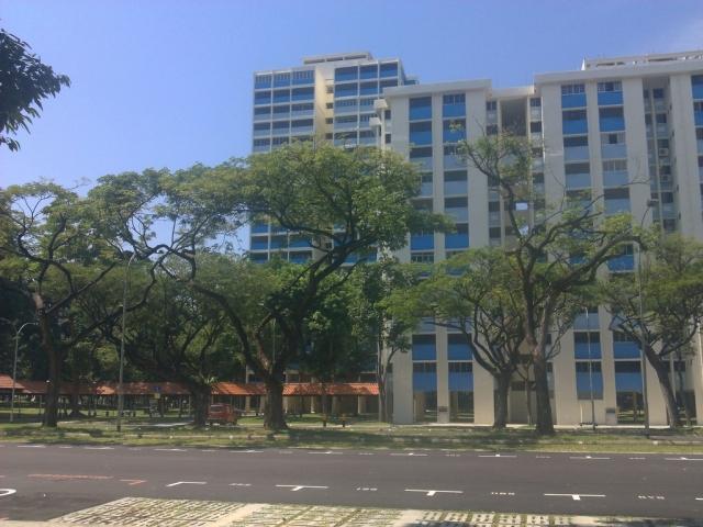 Salah satu gedung asrama mahasiswa NUS. Blue on the blue.