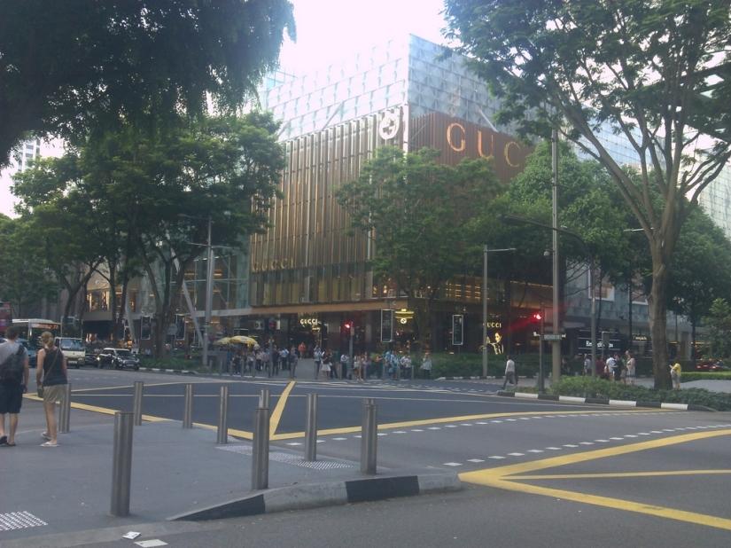 Sebuah persimpangan di Orchard Road, dengan sebuah pusat perbelanjaan bergengsi