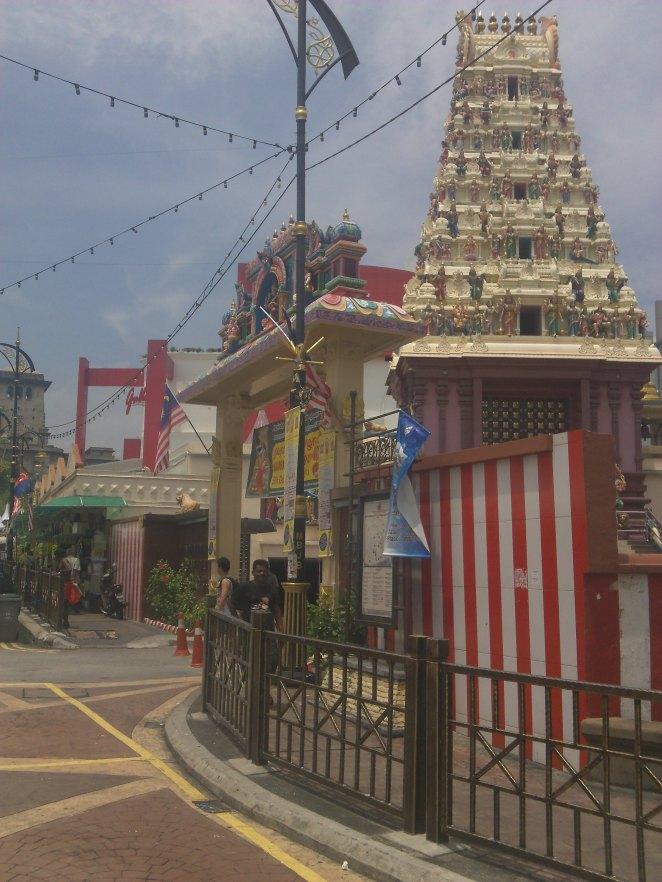 Kuil di tengah Little India