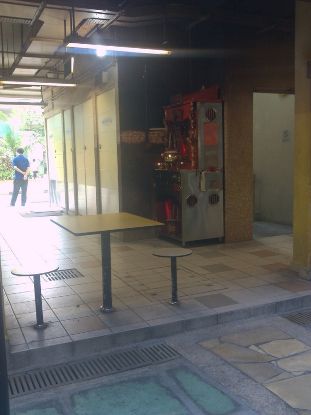 Tempat sembahyang kecil di sudut food court