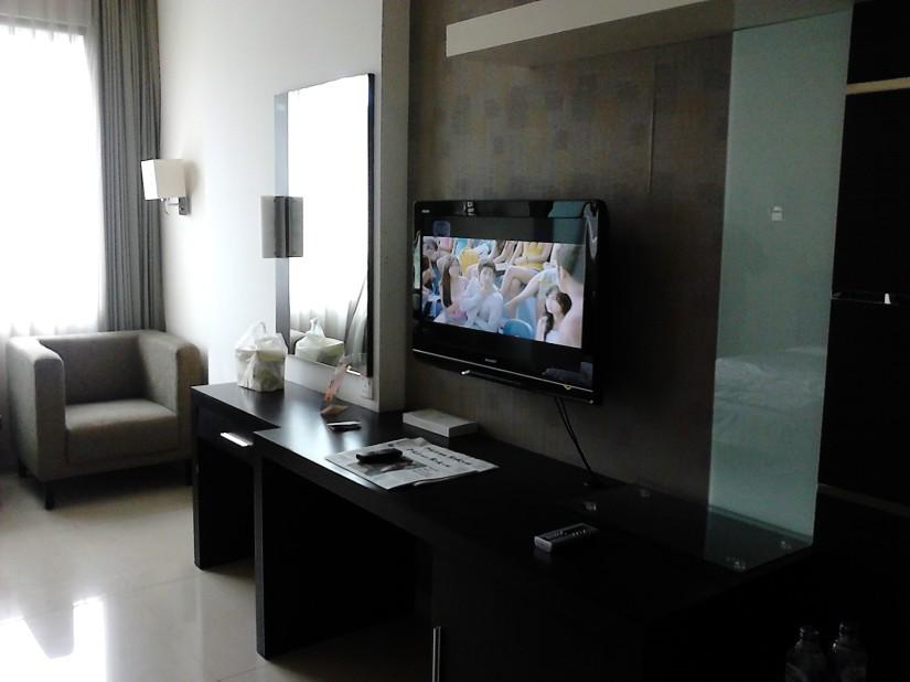TV, meja panjang, meja rias, dan laci Naval Hotel