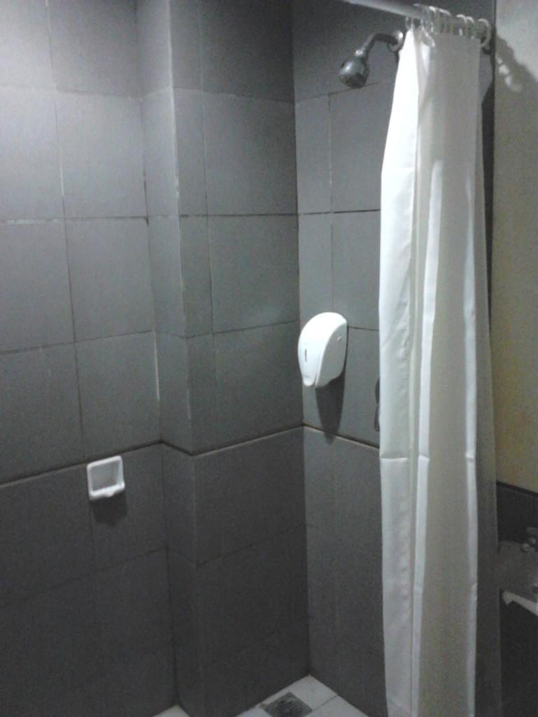 Kamar mandi Naval Hotel. Sabunnya belum diisi :D