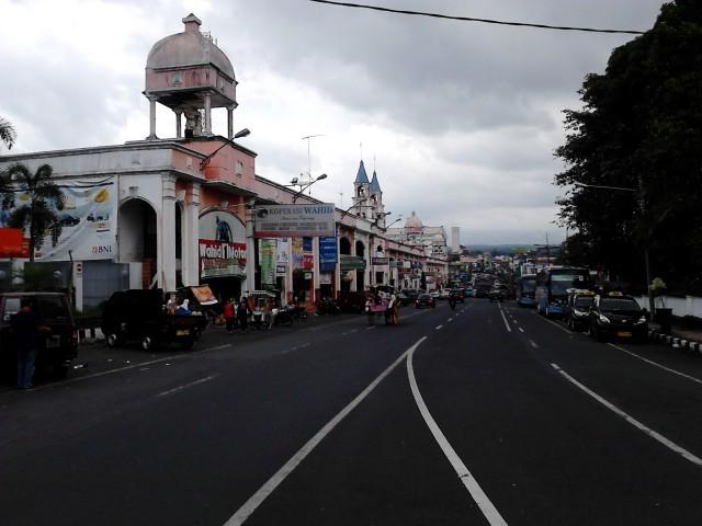 Tamansari Shopping Center di sepanjang Jl. Jend. Sudirman