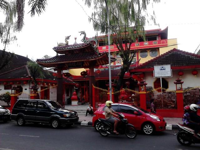 Klenteng di Jl. Sukowati, gue lupa namanya (padahal tadi udah inget-inget mati-matian)