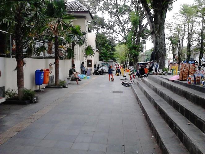 Bersepatu roda dan ber-otoped ria di Jalan Kartini - Salatiga