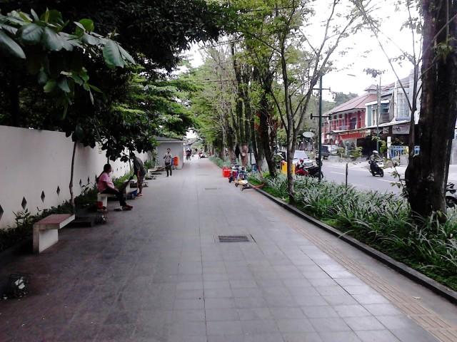 Jalan Kartini - Salatiga dengan trotoar yang luas, bersih, dan rindang!