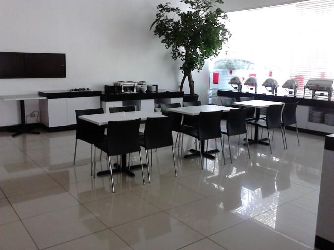 Meja tempat meletakkan menu (kanan) dan tempat memanggang telur