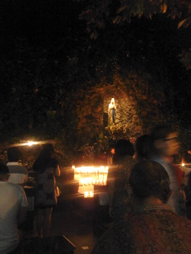Gua Maria di luar gedung Katedral