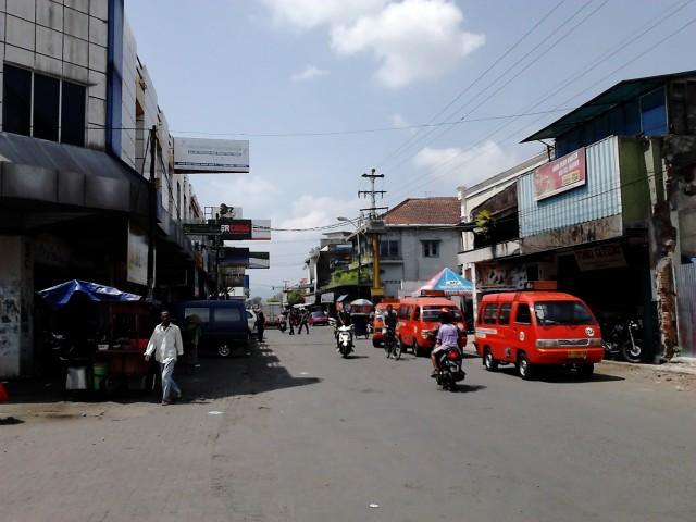 Angkot Purwokerto ngetem di samping pasar