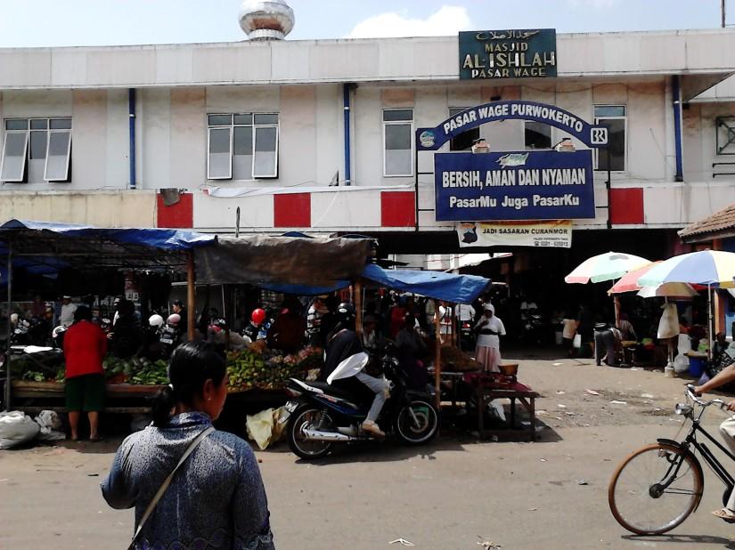 Pasar Wage tampak depan (dari Jl. Vihara)
