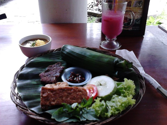 Nasi Timbel dan Yoghurt Strawberry :3