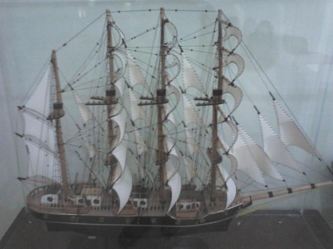 Replika kapal di ruangan depan kasir