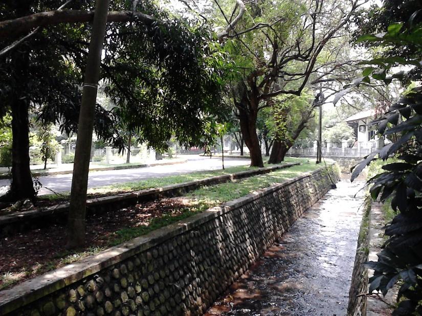 Jalan yang bersih, membujur di sisi sungai yang jernih, di antara pepohonan yang rindang. Love it here!