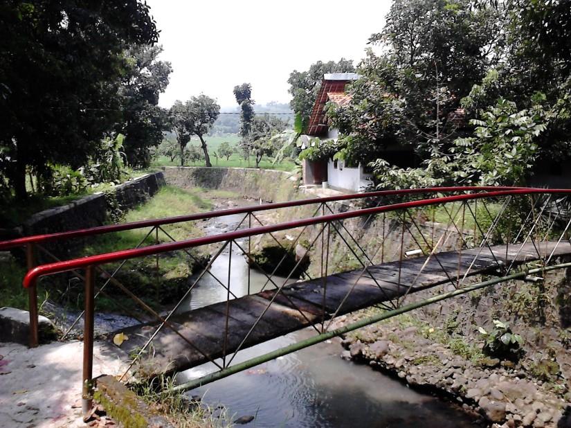 Salah satu jembatan yang menghubungkan perkampungan dengan jalan