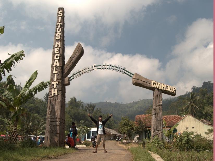 Di depan pintu masuk kawasan Situs Megalithikum Gunung Padang (photo by bang Alex)