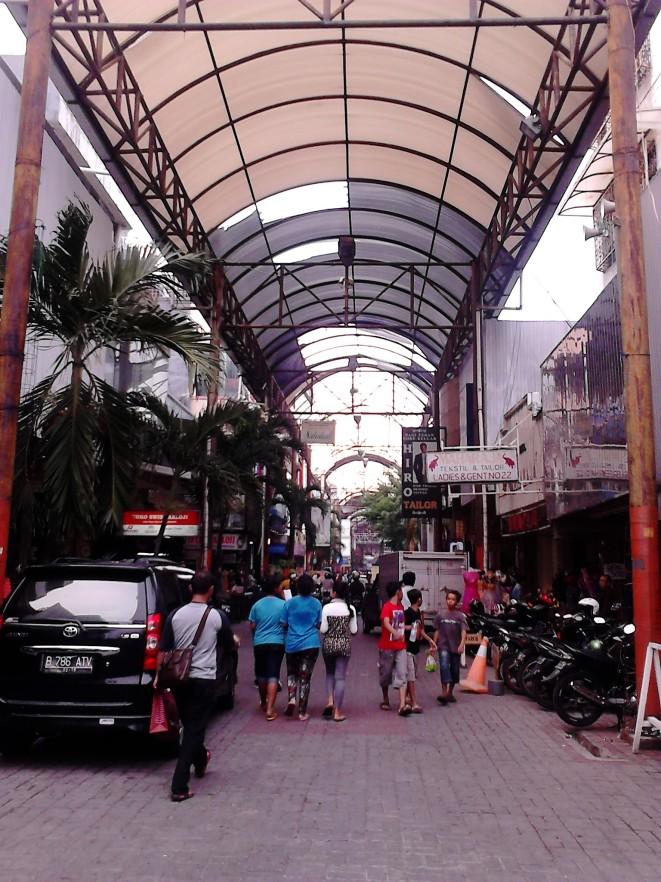 Lorong utama Pasar Baru Jakarta