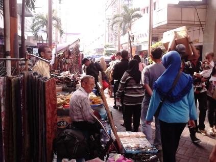 Penjual uang kuno, makanan, dan baju