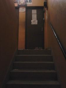 Tangga suram menuju pintu hostel