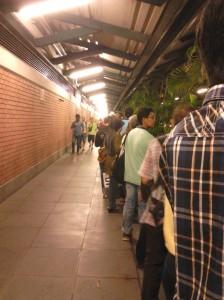 Antrian panjang di depan stasiun Kranji