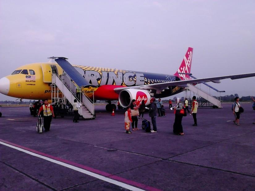 Pesawat Air Asia tiba di Bandara Adi Sutjipto