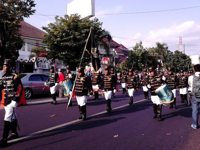Barisan marching band yang menambah semarak