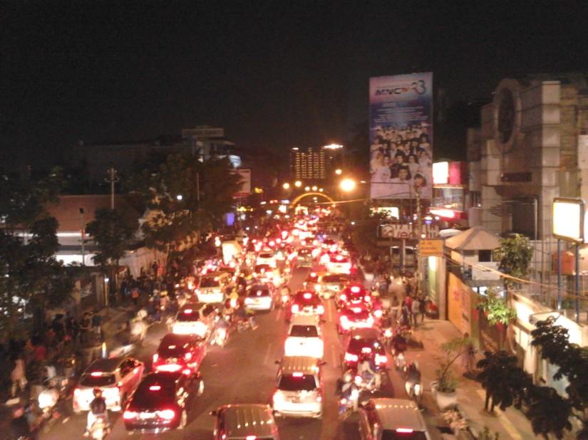 Kepadatan Jl. Merdeka setelah pawai berakhir.