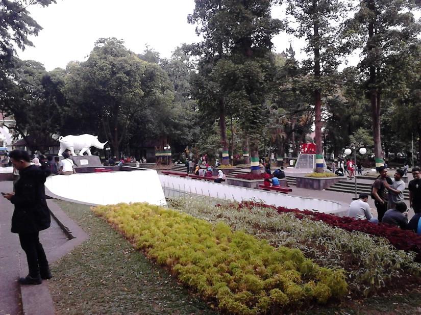 Balai Kota Bandung yang penuh dengan anak-anak K-pop