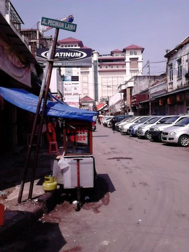 Jalan Pecinan Lama, Bandung dengan gedung Pasar Baru pada latar