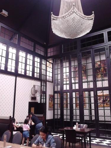 Langit-langit yang tinggi dan lampu gantung yang mewah, Gigglebox Cafe & Resto