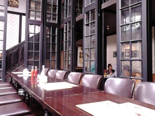 Deretan kursi yang masih kosong, Gigglebox Cafe & Resto