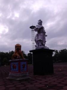 Patung-patung di pelataran Klenteng Sam Poo Kong
