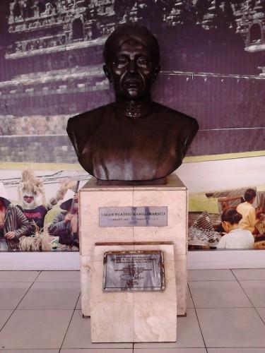 Patung R. Ng. Ranggawarsita di aula depan